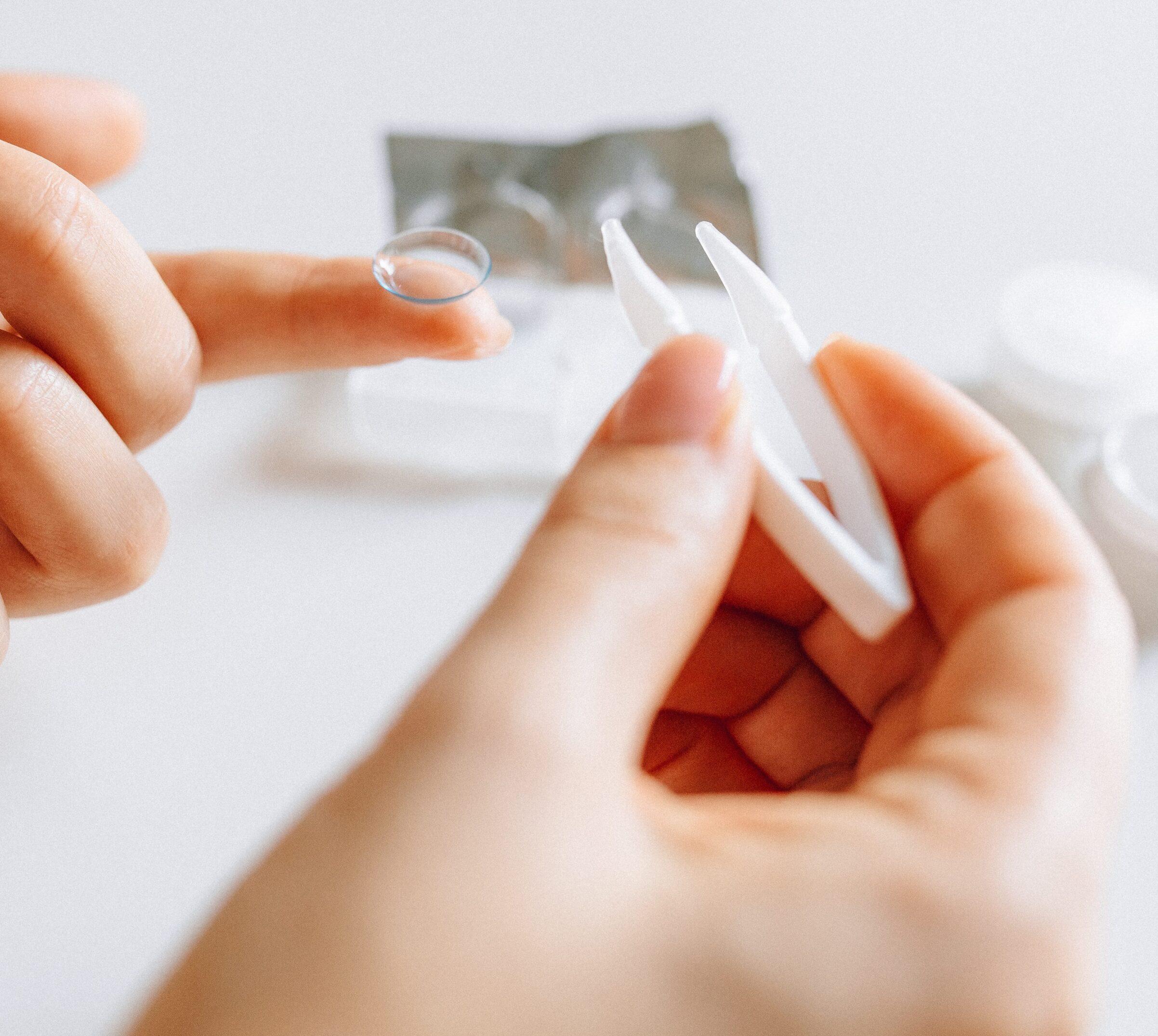 contact lens finger